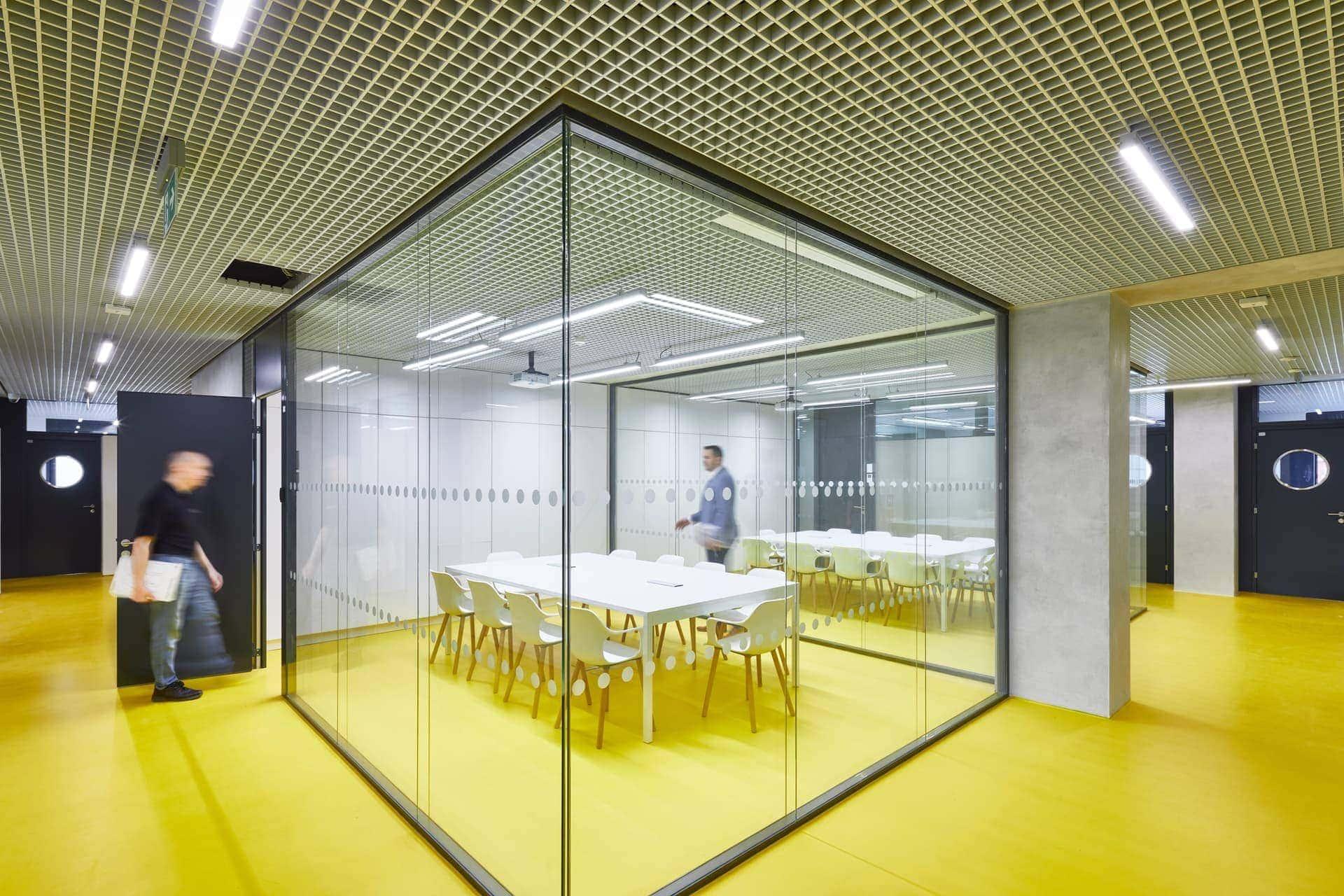 Bílý konferenční stůl - radnice Prahy 7