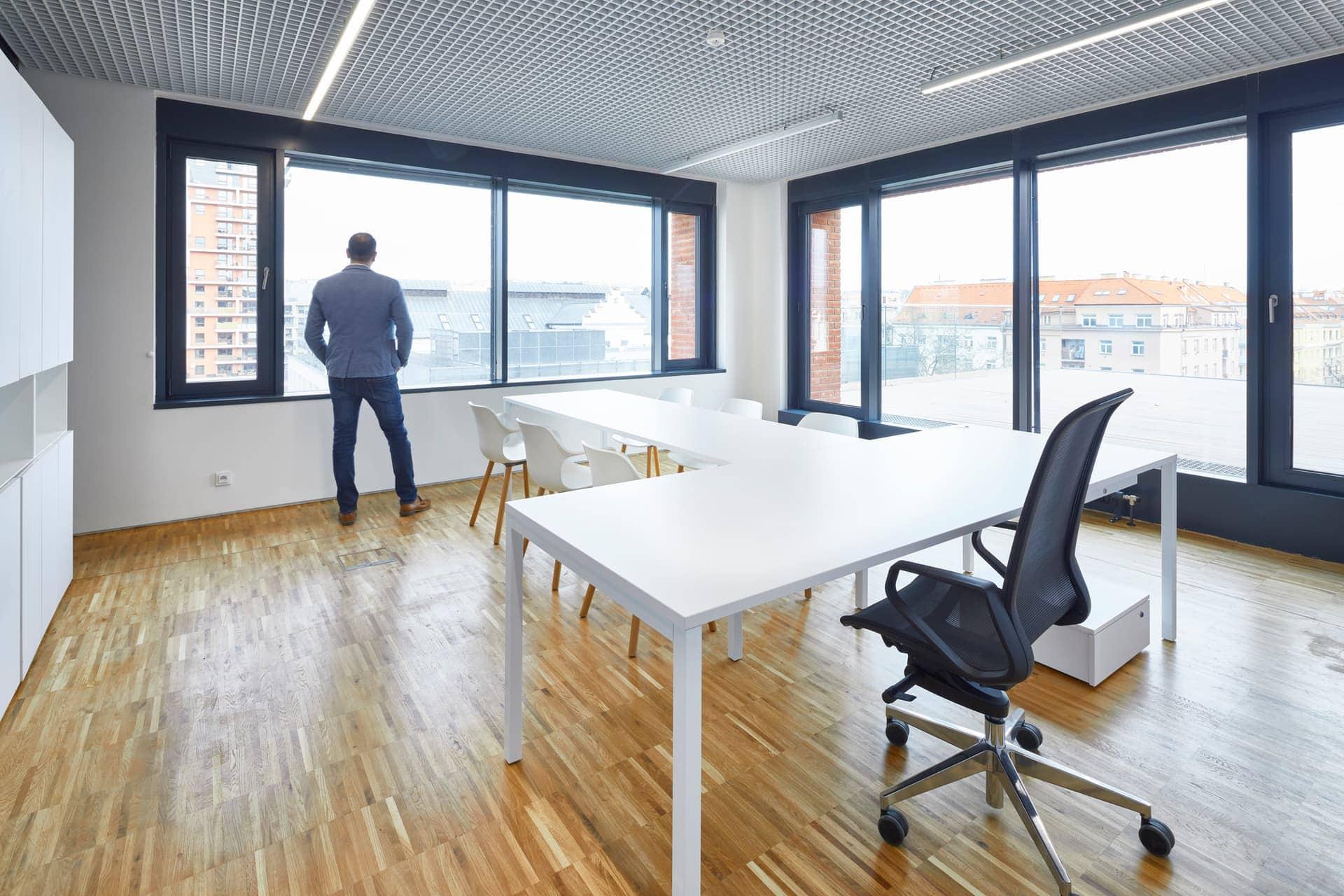 Bílý kancelářský nábytek - radnice Prahy 7