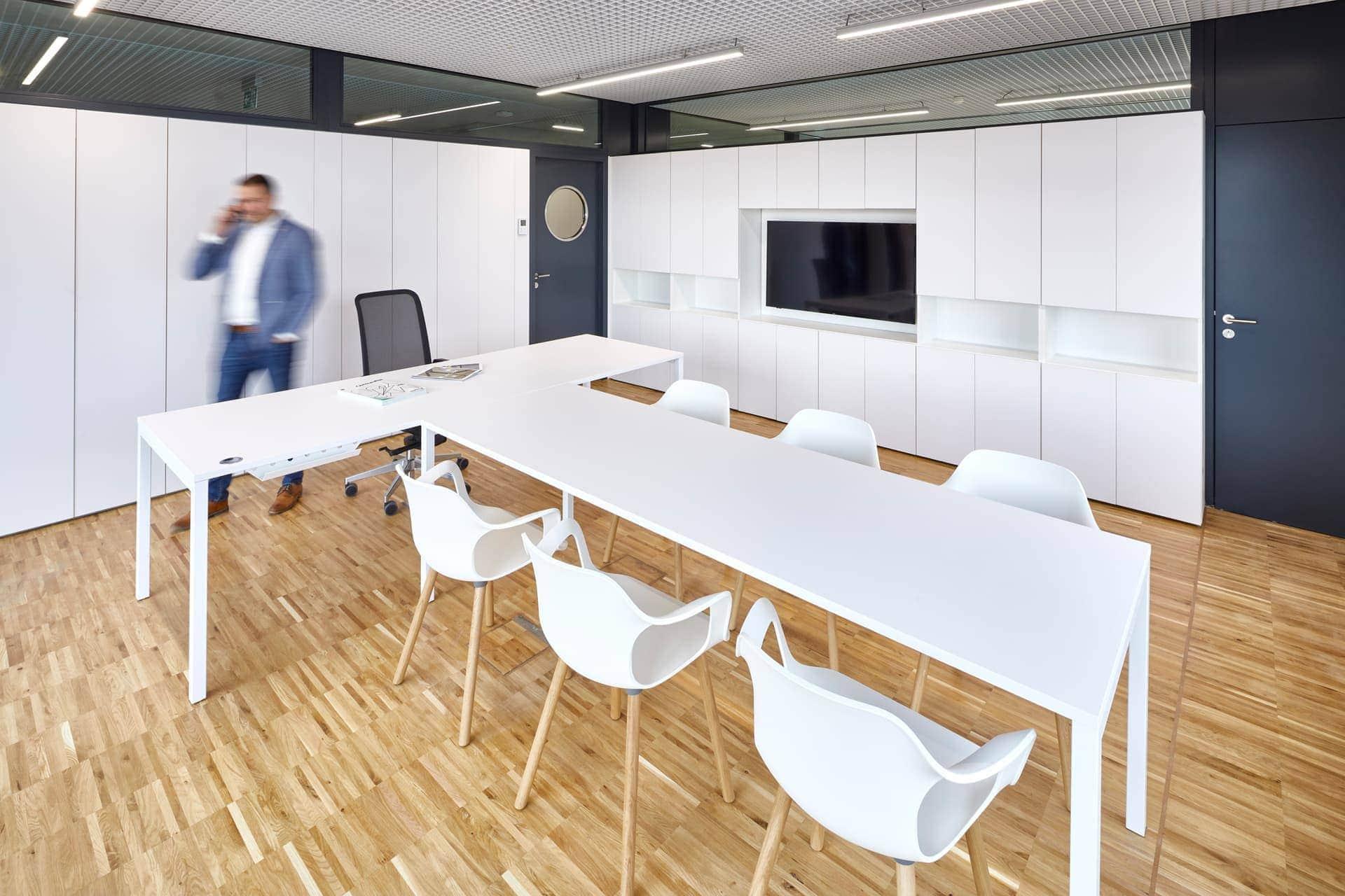 Kancelář na radnici Prahy 7 - bílý kancelářský nábytek