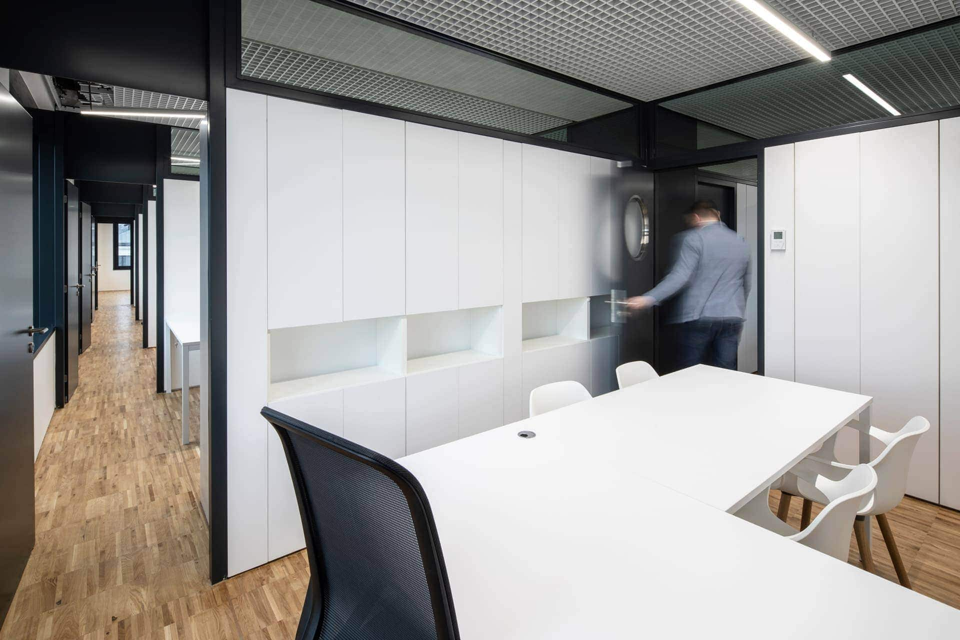 Bílý stůl a skříně - kancelář na radnici Prahy 7