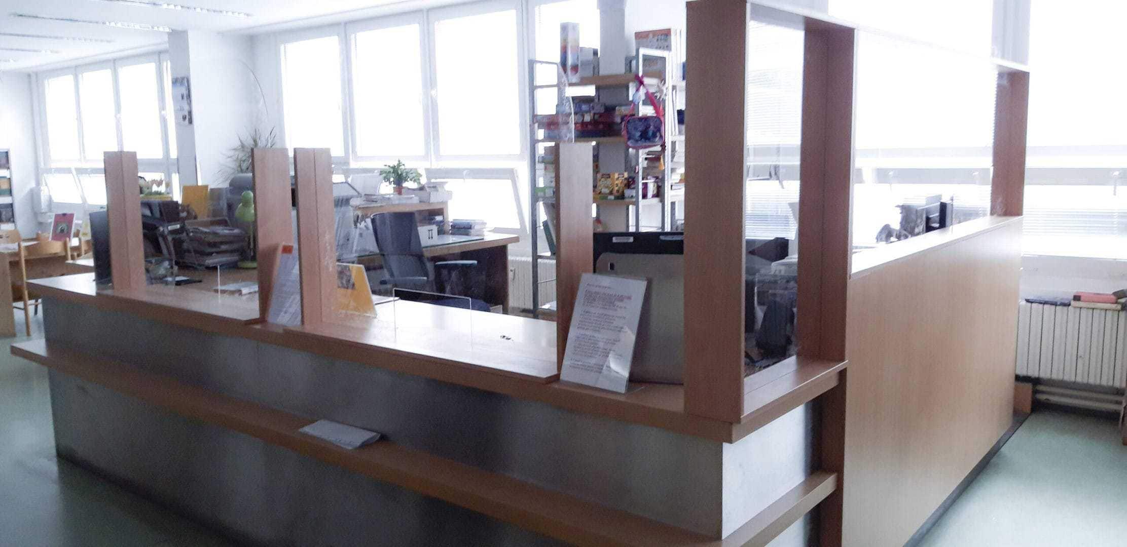 antivirová přepážka v knihovně_1