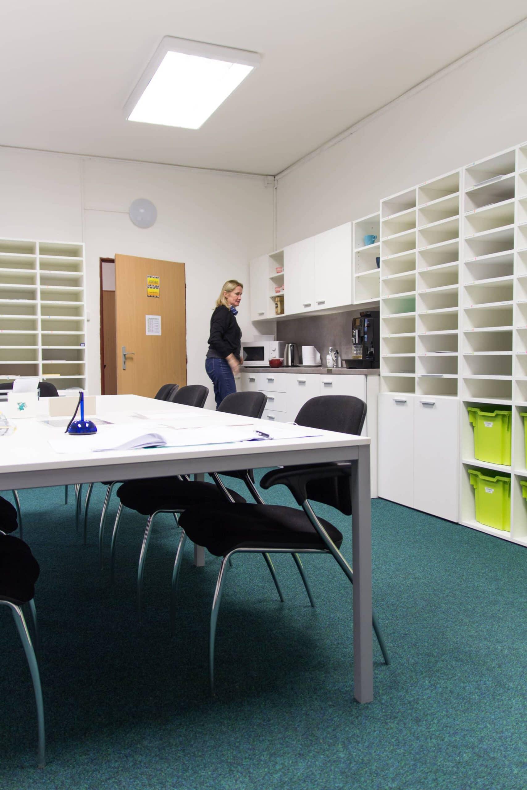 kancelářský stůl, skříně universal, konferenční židle