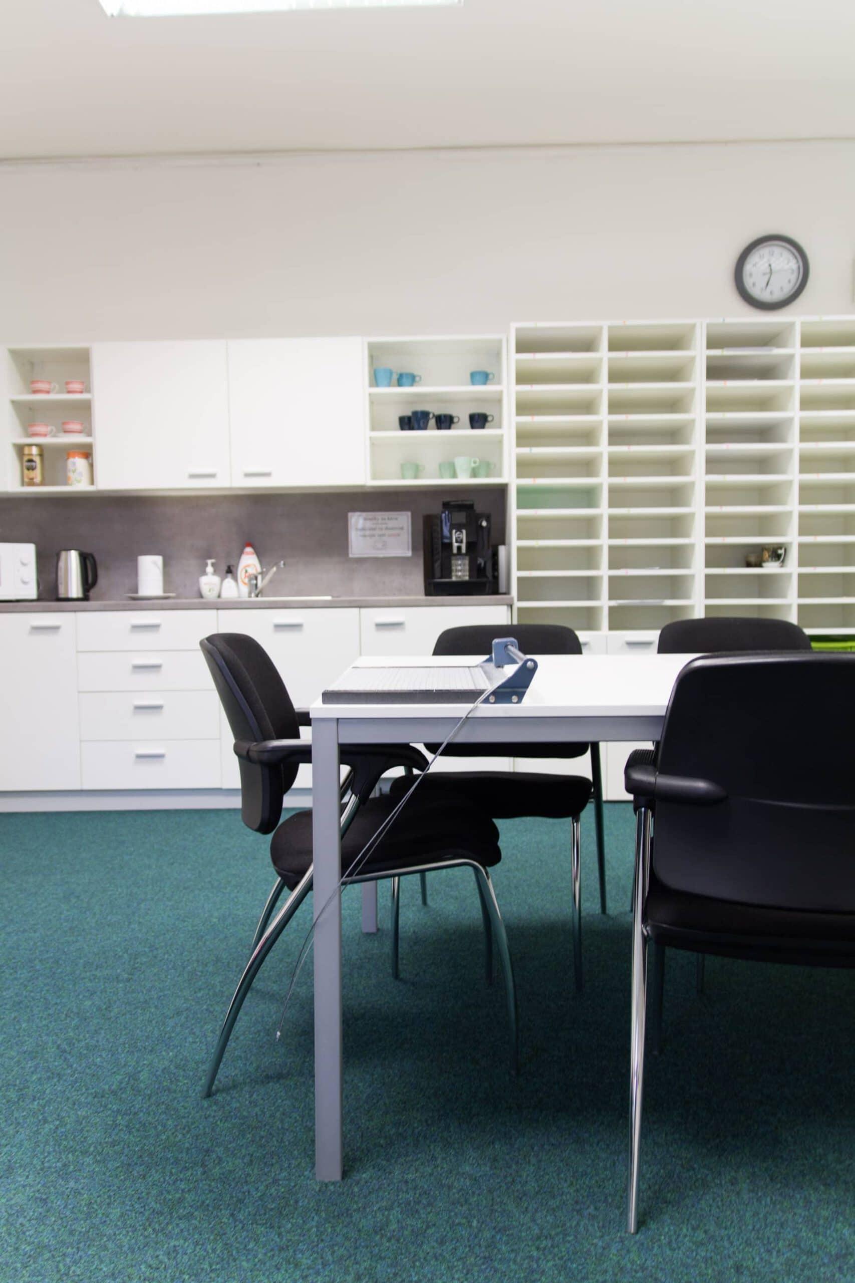 kancelářský stůl, konferenční židle, kuchyň, skříně universal