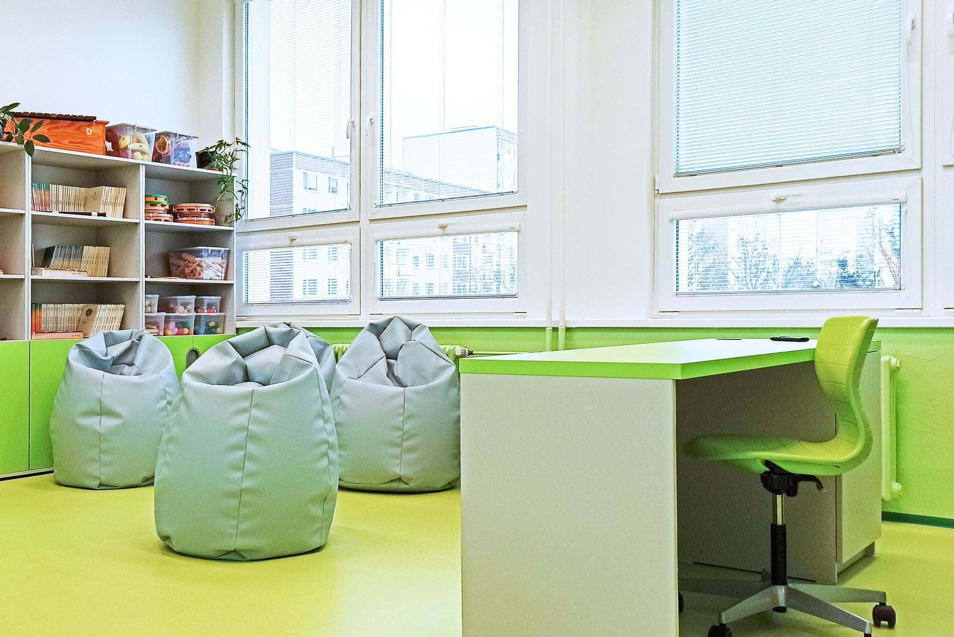 zelená katedra s židlí na kolečkách, sedací pytle | mydva.cz