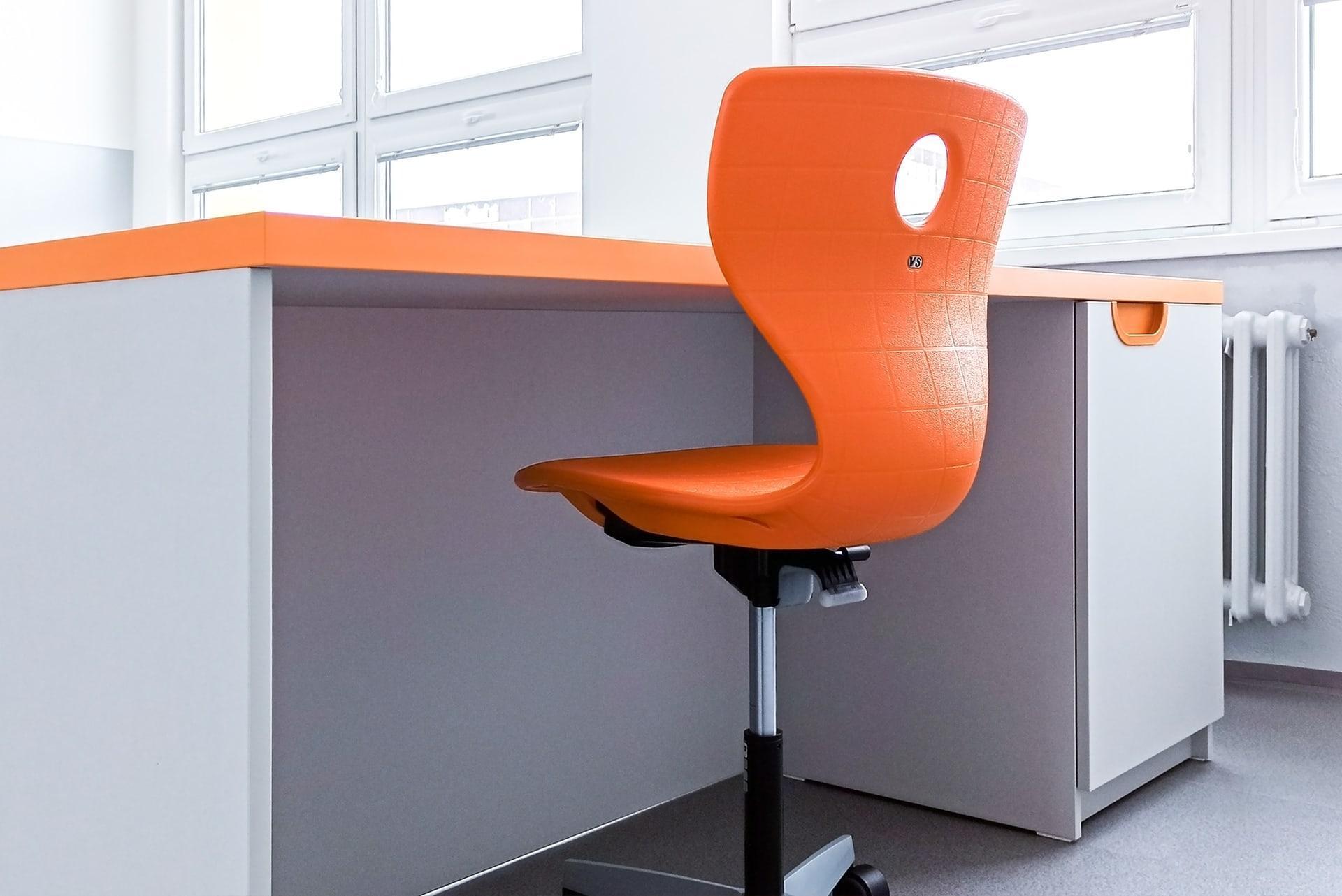 oranžová učitelská židle na kolečkách, katedra | mydva.cz